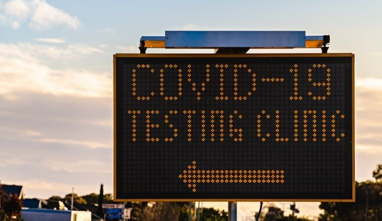 Close up image of a COVID-19 testing sign
